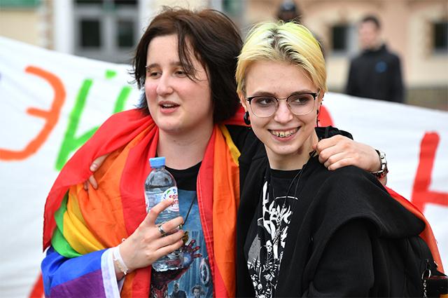 Дочь актера Михаила Ефремова Анна-Мария Ефремова (справа) со своей подругой на протестной акции женщин в Минске.