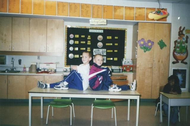 Маленький Илья в канадской школе с другом.