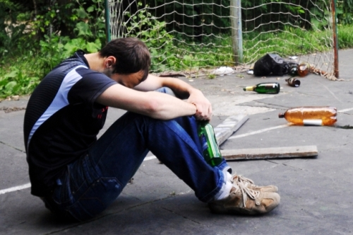 Часто состояние взрослых можно понять по нетипичным привычкам: курение, алкоголь, агрессия.