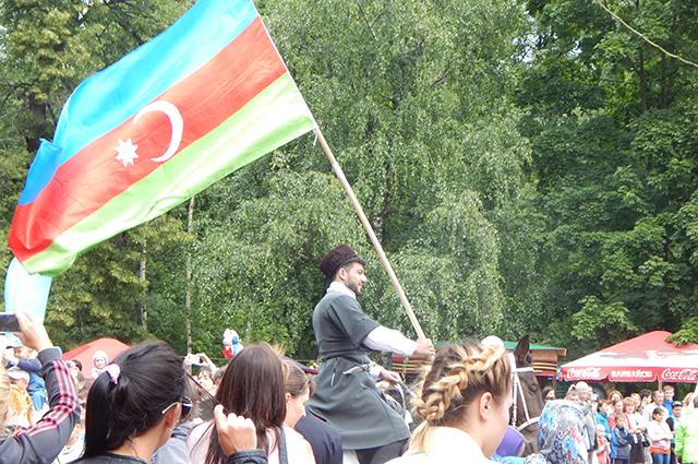 Разные народы ежегодно собираются на фестивале дружбы.
