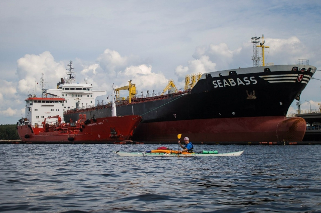 В пути петербуржцам встречались яхты и большие суда.
