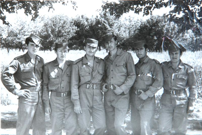 1973 год. В сирийской форме в кругу однополчан (второй слева).