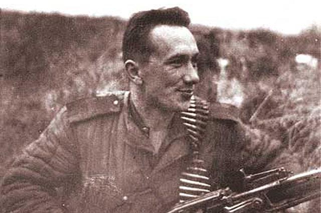 Гвардии старший сержант Смирнов с трофейным пулёметом MG 42 — фотография из фронтового альбома Алексея Смирнова