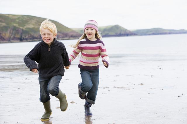 Дети бегут по пляжу