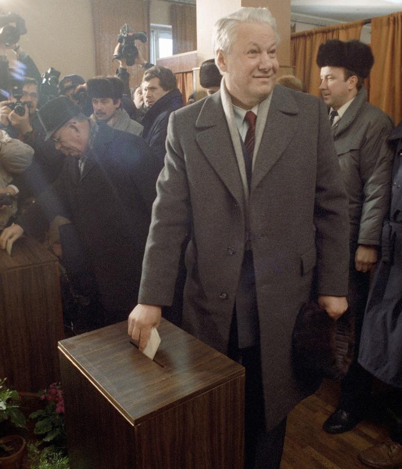 Председатель Верховного Совета РСФСР Борис Ельцин голосует на избирательном участке во время Всесоюзного референдума 1991 г.