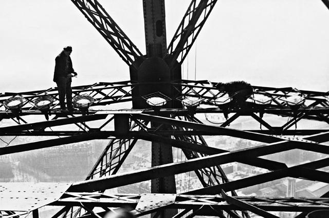 Установка освещения на Эйфелевой башне. 1937 год.