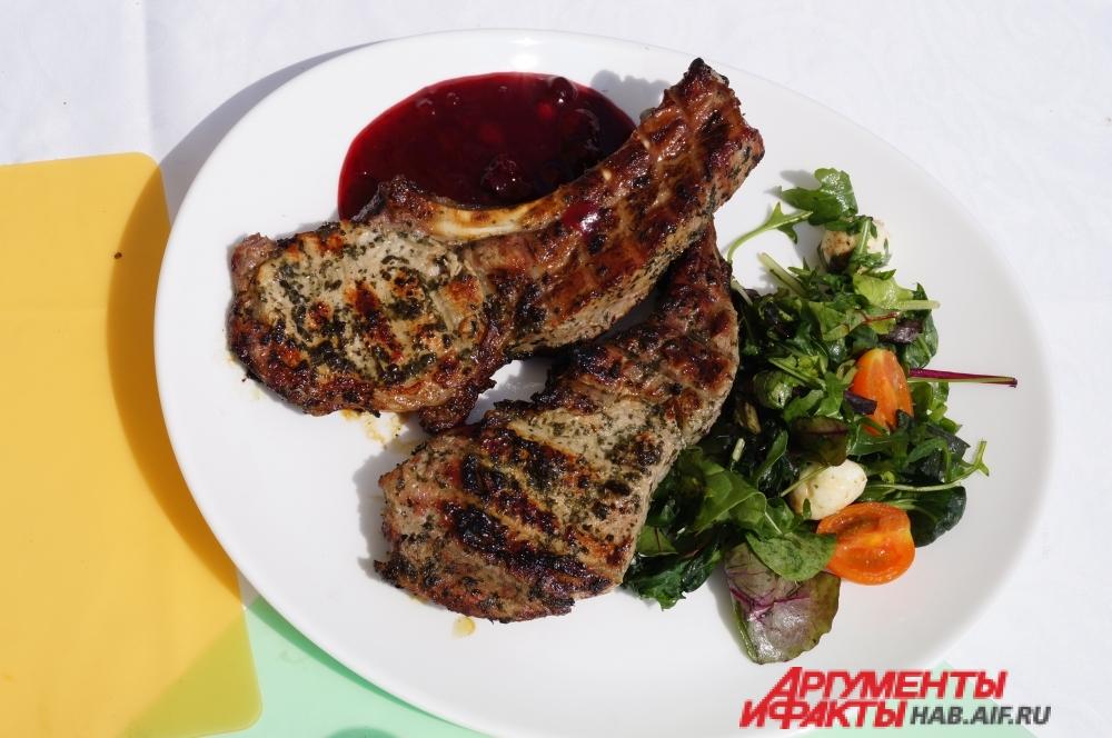 Важно было не только вкусно приготовить мясо, но и красиво его подать.