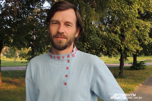 Максим ходит в расшитой рубахе и на работу.