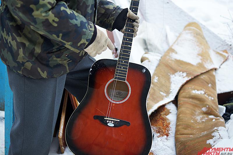 Единственная находка дня старая гитара