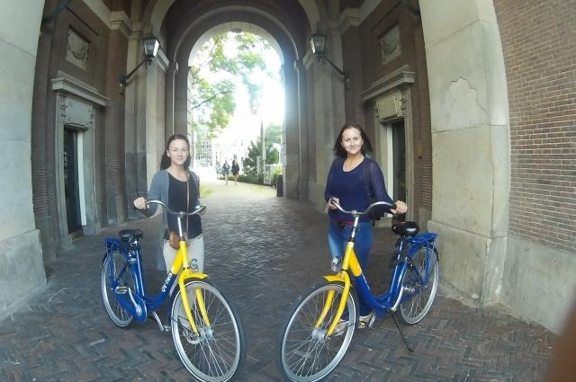 В Амстердаме удобно перемещаться по городу на велосипедах.