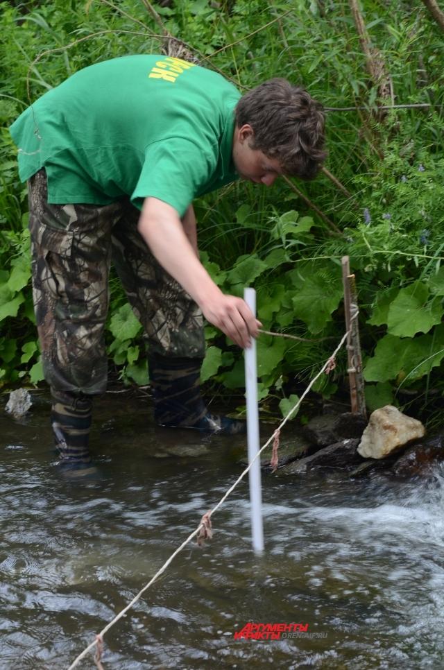 Данил Кико, член клуба, замеряет скорость движения воды в реке.