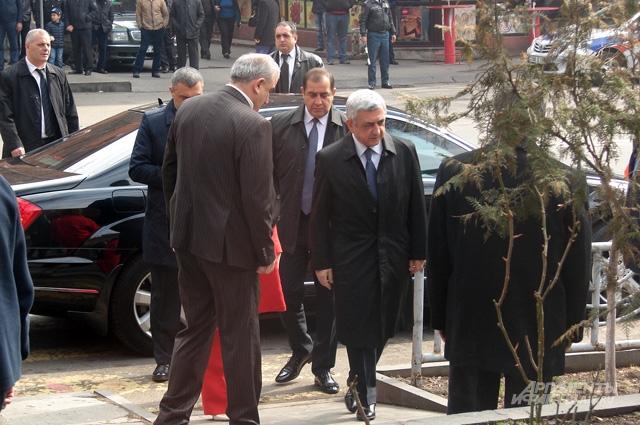 Президент Серж Саргсян идет на участок