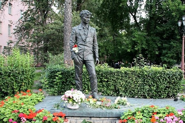 Памятник Александру Вампилову в Иркутске.