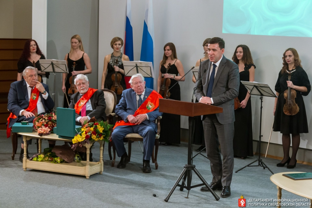 Награды получили академики (слева направо) Владимир Фортов, Владимир Скулачев и Геннадий Романенко.