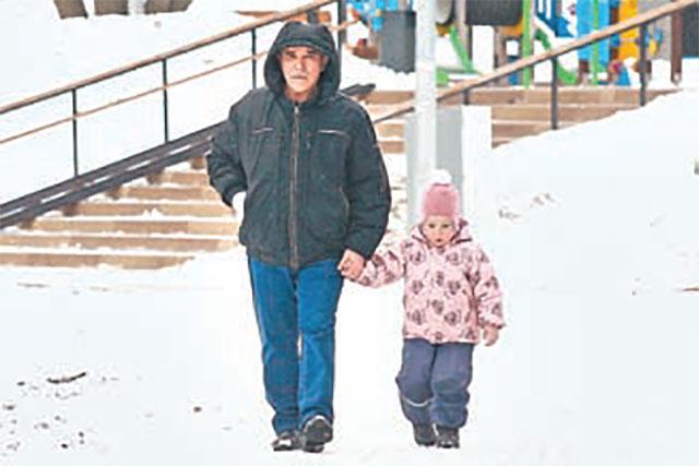 В парке любят отдыхать и взрослые, и дети. Жители района совершают прогулки в любую погоду.