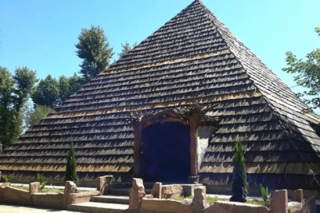 Самая большая пирамида имеет высоту 12 метров, внутри ее бассейн, хамам и сауна.