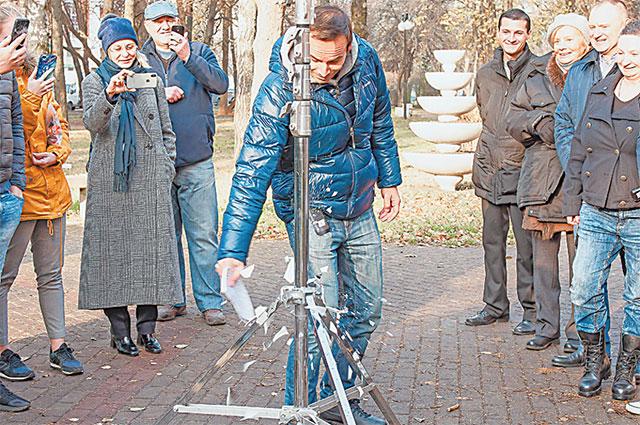 По кинотрадиции режиссёр Слава Кириллов разбивает тарелку с автографами участников фильма – на удачу. Этот момент собравшиеся на съёмочной площадке поспешили снять на свои смартфоны.