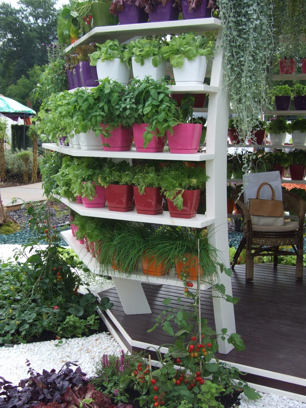 Если беседка состоит из ячеек, их можно заполнить растениями.