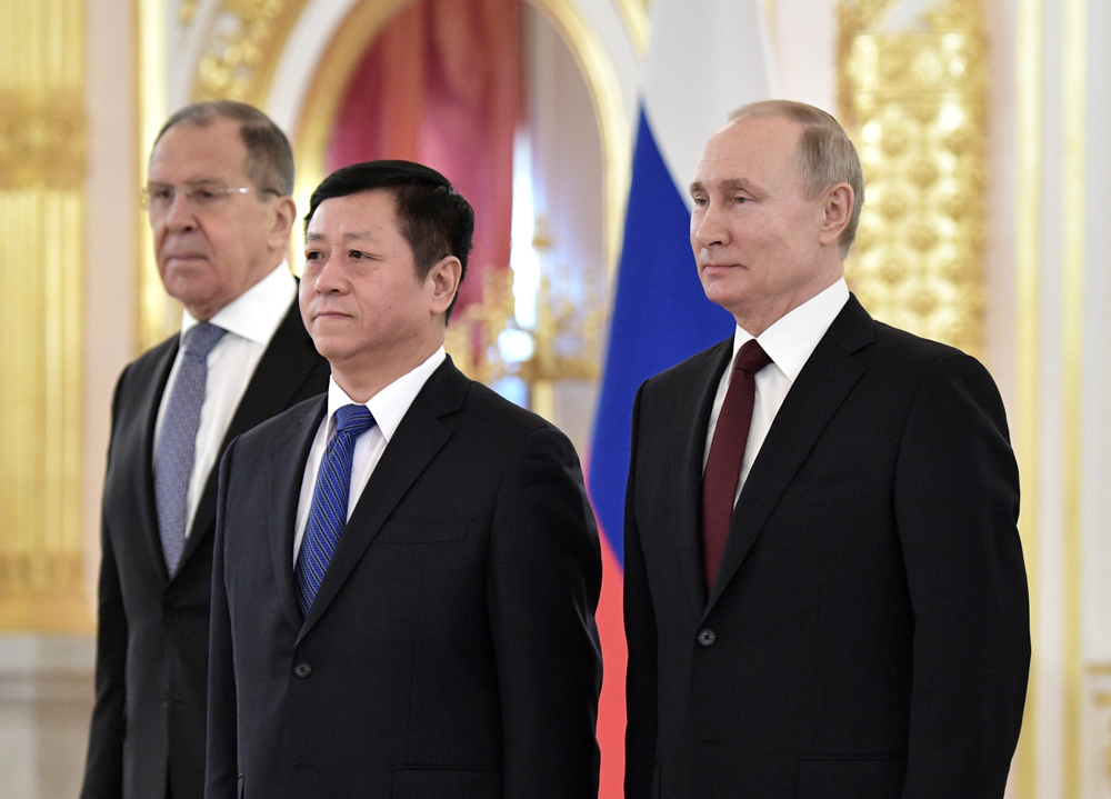 Президент РФВладимир Путин, чрезвычайный иполномочный посол КНР Чжан Ханьхуэй (вцентре) и министр иностранных дел РФСергей Лавров (слева).