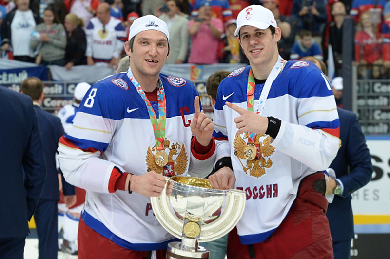 Александр Овечкин и Евгений Малкин с кубком за победу на чемпионате мира по хоккею 2014