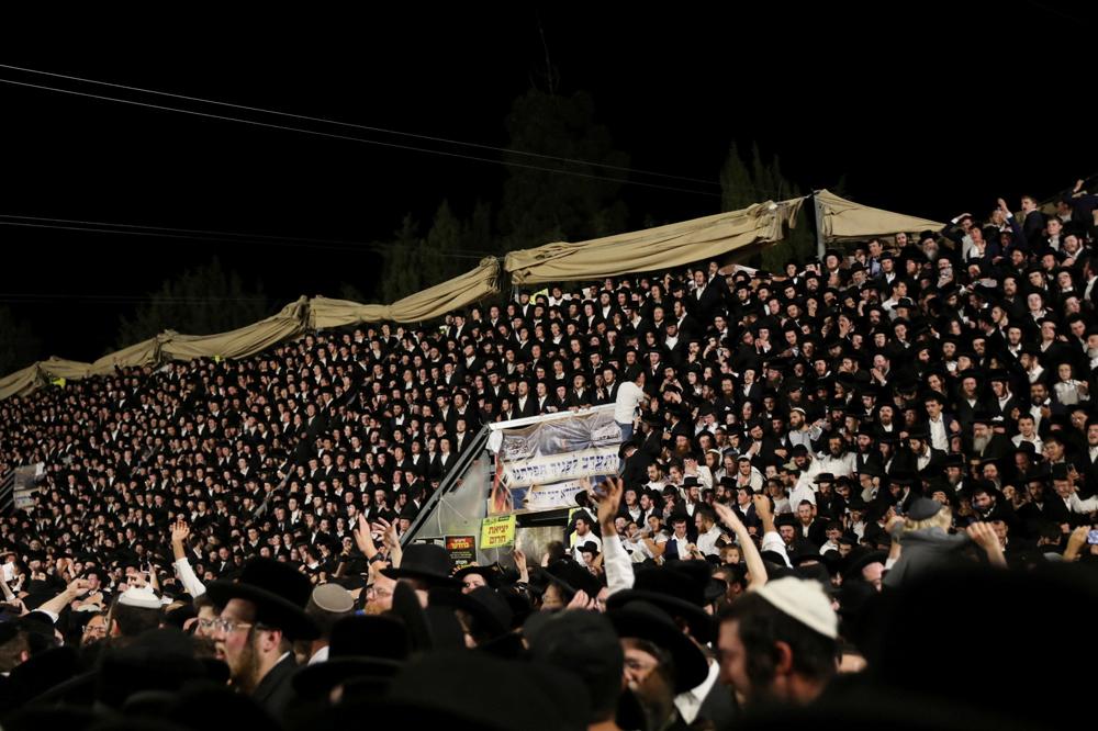 Тысячи верующих на трибунах во время праздника Лаг ба-Омер.