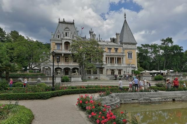 Ко многим достопримечательностям Крыма можно добраться только на автомобиле (на фото - Массандровский дворец)