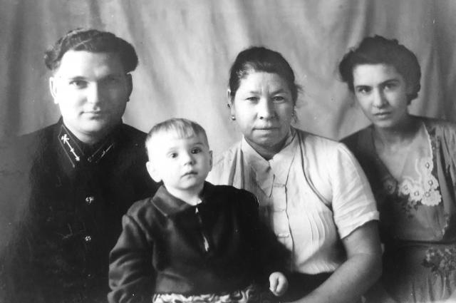 Наталья с родителями, Валентиной и Григорием Гарькуша, и с ма- миной тетей Евгенией.