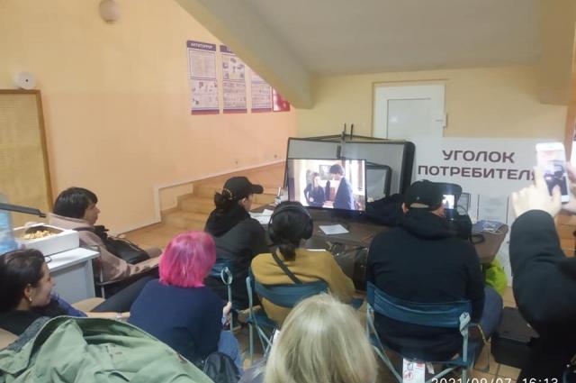 Часть киногруппы работала под лестницей в фойе санатория