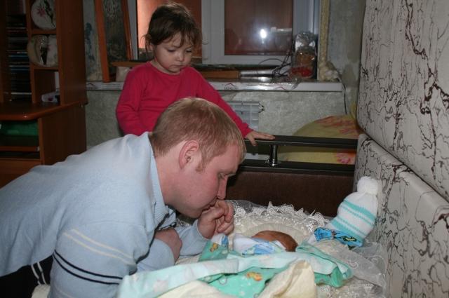 Молодой отец был на седьмом небе от счастья, когда у него родился сын