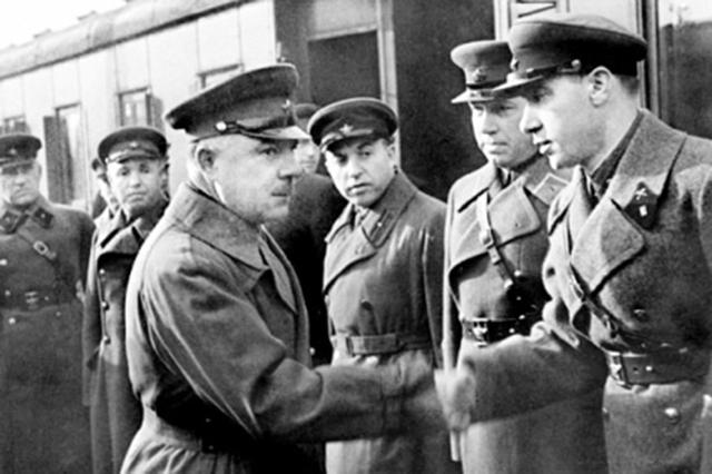 Народный комиссар обороны СССР Климент Ворошилов пожимает руку капитану Илье Старинову. 1937 год
