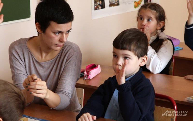 Тьютор не нянька, он медиатор, связующее звено между ребёнком и окружением, тьютор присутствует на уроках и уводит ребёнка, как только тот начинает мешать занятию