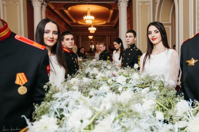Шлейф был сплетен из белых цветов - роз, хризантем, тюльпанов и гипсофил.