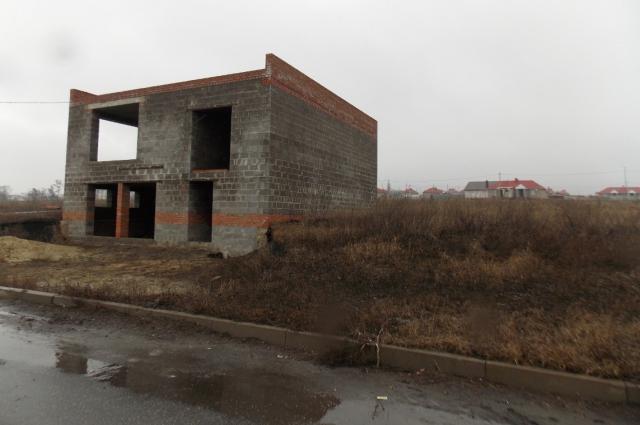 двухэтажное недостроенное здание под магазин так и стоит до сих пор.