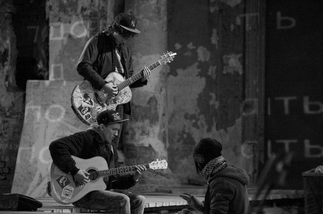Вместе с бездомными в постановке сыграли профессиональные артисты и музыканты.