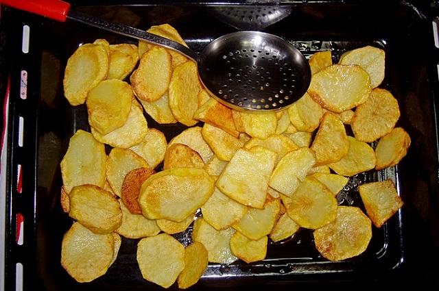Картошка на листе