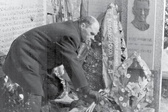 Евгений Кошурников на могиле отца.