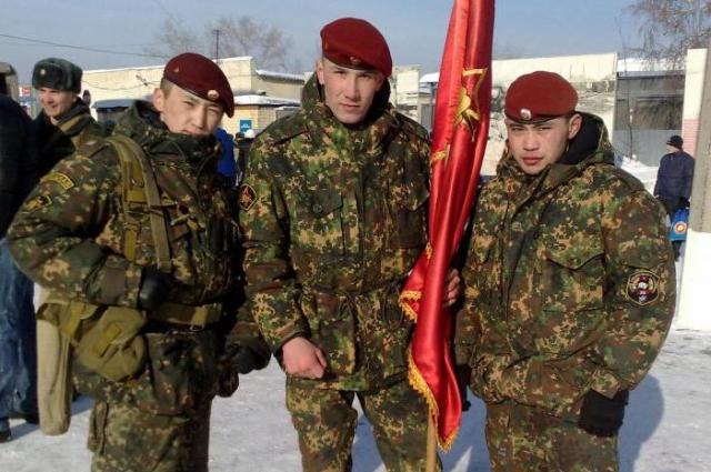 Евгений (на фото в центре) был одним из лучших бойцов спецназа.