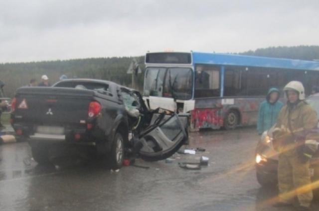 На трассе Березники-Пермь столкнулись автомобиль с автобусом.