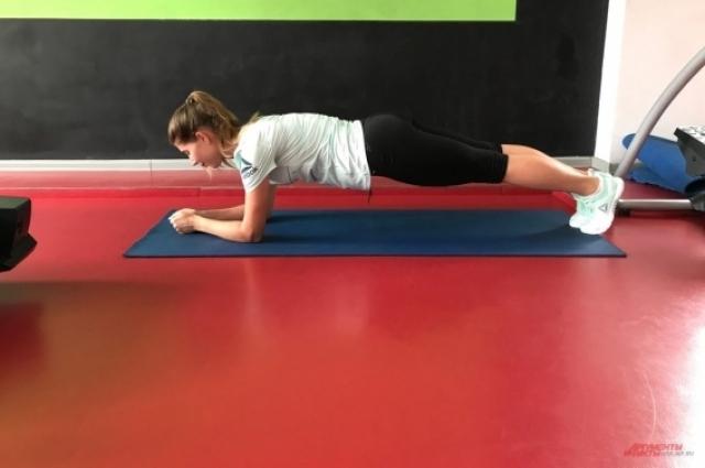Планка - универсальное упражнение, которое поможет похудеть и держать тело в тонусе.