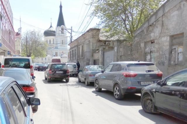 Стихийная парковка в центре Симферополя.