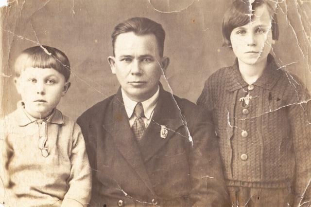 Клавдия Коновалова (слева) с отцом и старшей сестрой. 1939 г.