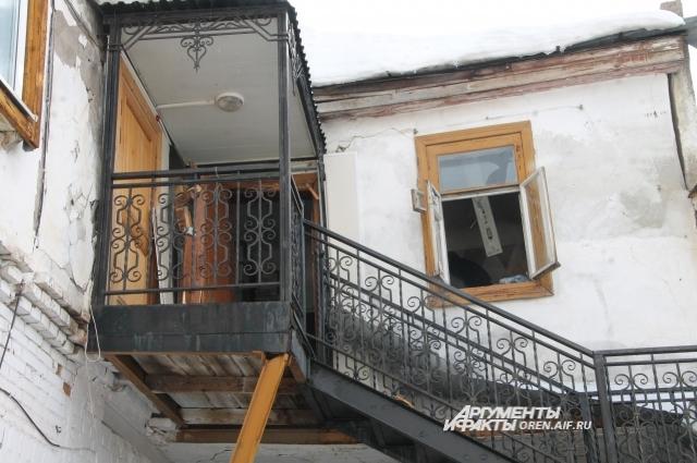 Аварийный дом, в котором находится музей Ю.А.Гагарина разрушается с каждым годом.
