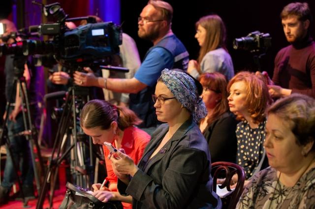 Журналисты с интересом слушали откровения артистов.