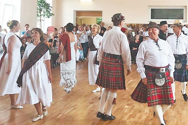 Победитель окружного конкурса ансамбль «Контрданс» исполнил «Шотландский танец».