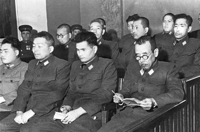 Подсудимые на процессе по делу бывших военнослужащих японской армии, обвиняемых в подготовке к применению бактериологического оружия. Хабаровск, 25-30 декабря 1949 года. Репродукция фотографии.