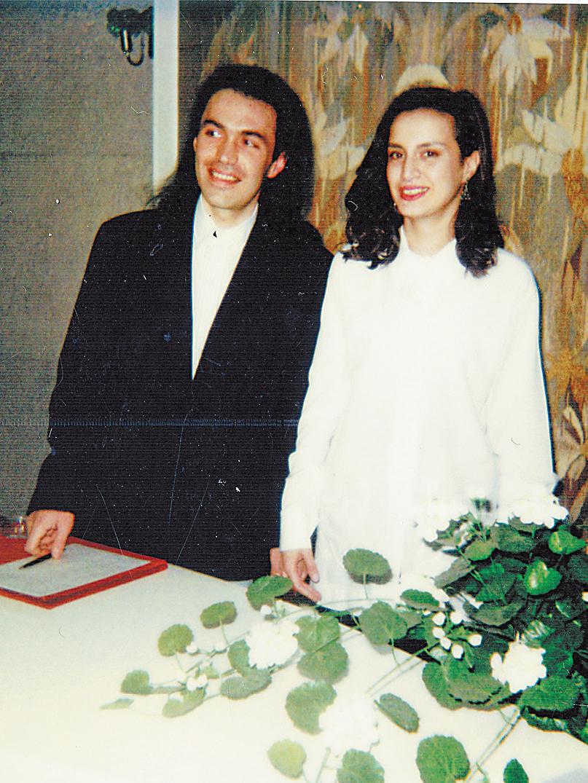 «В 1996 году яженился напрекрасной девушке Лике– кстати, расписывались мы вТушинском ЗАГСе»,– говорит поэт Карен Кавалерян.