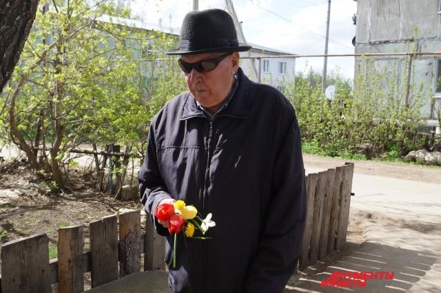 Дети, которые живут во дворе Сергея Андреевича, знают о его подвигах
