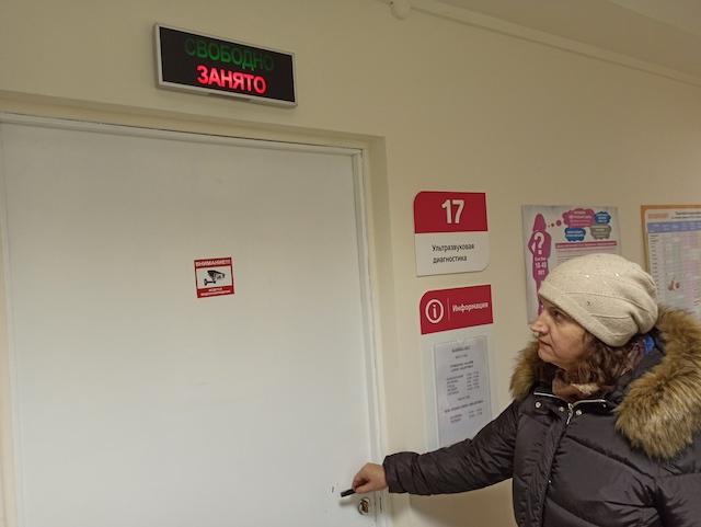 На дверях кабинета уже появилась наклейка с изображением видеокамеры