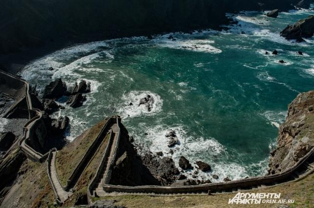 Бискайский залив и Гастелугаче - пейзажи, которые из-за сериала кажется, что уже видел.