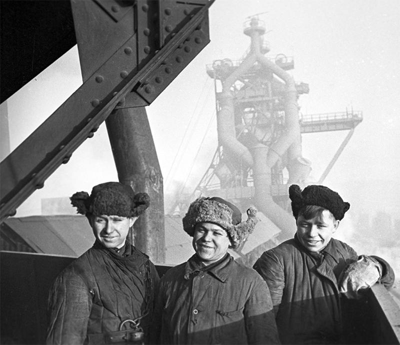 Комсомольцы на стройке шестой домны Магнитогорского металлургического комбината, 1943 год.